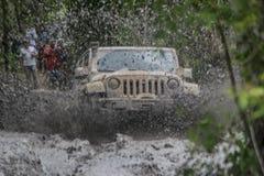 在泥跑的吉普争吵者 库存照片