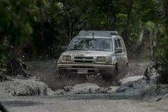 在泥跑的日产xtrail 免版税库存照片