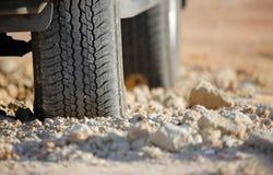 在泥铺跑道的土路轮胎 库存图片