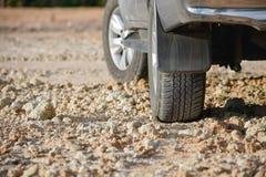 在泥铺跑道的土路轮胎 免版税图库摄影