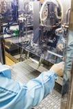在注入工业制药的操作员工作 库存图片