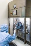 在注入工业制药的操作员工作 免版税库存照片