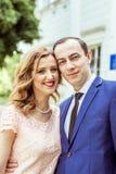 在注册处附近的爱恋的夫妇 免版税库存照片