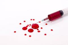 在注射器的血液有一滴血液的 库存图片