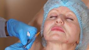 在注射补白帮助下的改造在妇女的皮肤下 股票录像