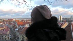 在注视着美丽的老镇的全景的监视妇女 股票视频