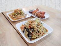 在泰国传统食物,它的著名辣绿色番木瓜沙拉告诉了Som Tum 免版税库存照片