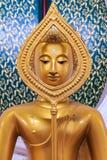 在泰国佛教寺庙的坐的金黄菩萨雕象 库存图片