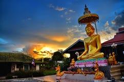 在泰国佛教寺庙的惊人的日落 免版税库存图片