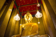 在泰国佛教寺庙的金黄菩萨雕象在Wat Kalayanamitr,曼谷泰国 免版税库存图片