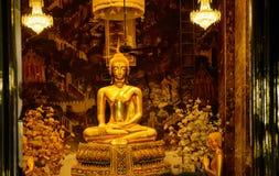 在泰国佛教寺庙的金黄菩萨雕象 免版税库存照片