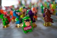 在泰国假日家庭乐趣中的美好的假期旅行 Â北碧玩偶由陶瓷纪念品做成 免版税图库摄影