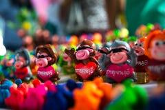 在泰国假日家庭乐趣中的美好的假期旅行 北碧玩偶由陶瓷纪念品做成 库存照片