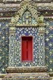 在泰国公开寺庙的美丽的窗口。 免版税库存照片