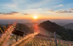 从在泰国北部的日落场面 免版税库存图片