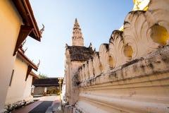 在泰国寺庙建筑学的白色墙壁 免版税库存图片