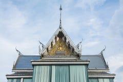 在泰国寺庙的三角形屋顶在wat Thasung在泰国 免版税库存图片
