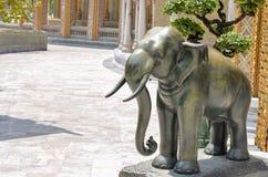 在泰国寺庙的古铜色大象雕塑 免版税库存图片