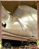 在泰国寺庙的大白色斜倚的菩萨雕象 免版税库存图片