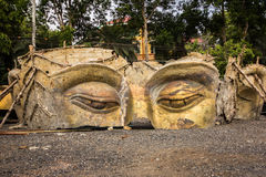 在泰国寺庙的废墟菩萨头 免版税库存图片