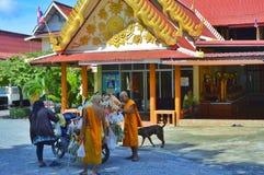 在泰国寺庙的教士购物 免版税库存图片