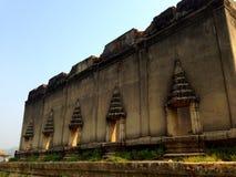 在泰国寺庙的残破的大厦 免版税图库摄影