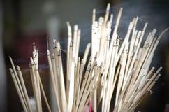 在泰国寺庙的灼烧的香火 图库摄影