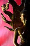 在泰国寺庙的红色和金雕象 免版税库存图片