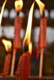 在泰国寺庙的红色蜡烛 库存照片