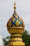 在泰国寺庙的金黄寺庙屋顶 库存图片