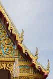 在泰国寺庙的金黄寺庙屋顶 图库摄影