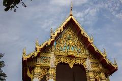 在泰国寺庙的金黄寺庙屋顶 免版税库存照片