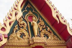 在泰国寺庙的金黄寺庙屋顶 免版税库存图片