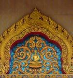 在泰国寺庙的金黄寺庙屋顶 库存照片