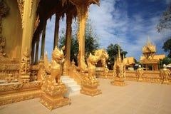 在泰国寺庙的金黄狮子雕象 免版税图库摄影