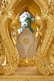 在泰国寺庙的金黄艺术 库存照片