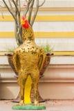 在泰国寺庙的金黄鸡 免版税库存图片