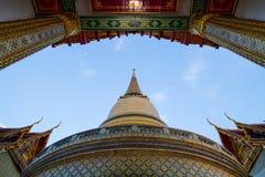 在泰国寺庙的金黄chedi 图库摄影