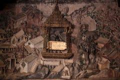 在泰国寺庙的MuralPlaster carvingsBuddha脚印 库存照片