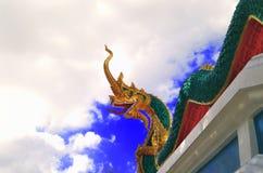 在泰国寺庙,蓝色背景的纳卡人雕象 库存照片