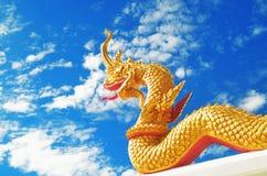 在泰国寺庙,蓝色背景的纳卡人雕象 库存图片