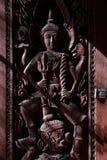 在泰国寺庙Windows的木热衷的天使阴影 免版税库存图片
