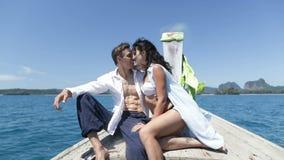 在泰国小船鼻子谈话的夫妇,愉快的浪漫男人和妇女游人通信 影视素材