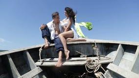 在泰国拥抱小船的谈话的夫妇,愉快的浪漫男人和妇女游人通信 股票视频