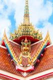在泰国样式教会顶部的鹰报雕象 库存照片