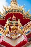 在泰国样式教会顶部的鹰报雕象 免版税图库摄影