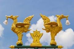 在泰国样式街灯的金黄天鹅 免版税图库摄影