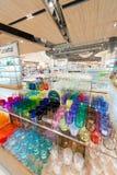 在泰国模范购物中心,曼谷的五颜六色的玻璃器皿 免版税库存照片