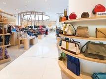 在泰国模范购物中心,曼谷的夫人提包 免版税库存图片