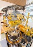 在泰国模范购物中心,曼谷的银色和金黄点心器物 库存照片